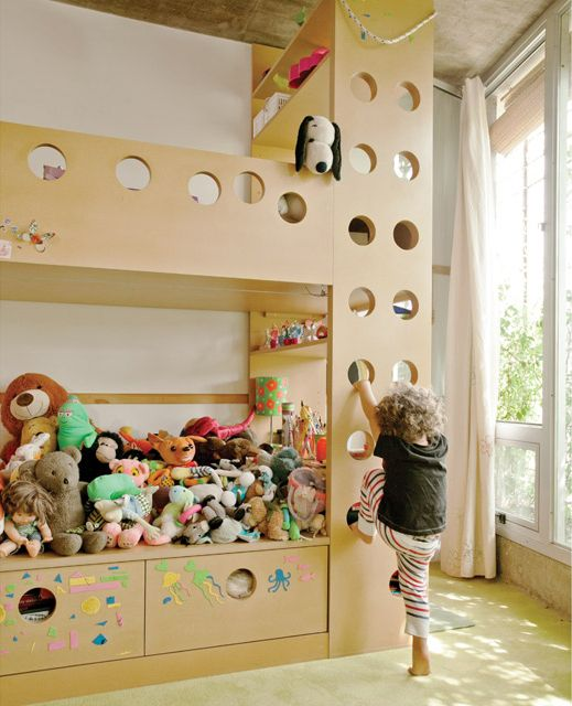 En un cuarto de chicos, cama con espacio de juegos, estantería y escritorio. La consigna: mínimo recurso, máximo resultado.