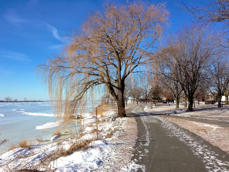Walking along the Lachine canal. Februar 2013. I am not shure I like the winter. But it was good morning to start a day.....