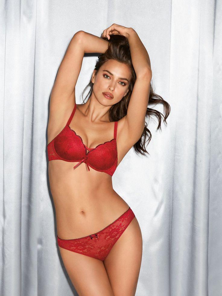 Irina Shayk zeigt sich für Intimissimi gerne von ihrer sexy Seite und präsentiert uns hier ein rotes Dessous-Set, das geradezu nach Weihnachten schreit. Aus der Serie Red Touch der Super-Push-up BH Manuela Sexy Laces, um 35 Euro und die passende Brazilian Slip, um 15 Euro.