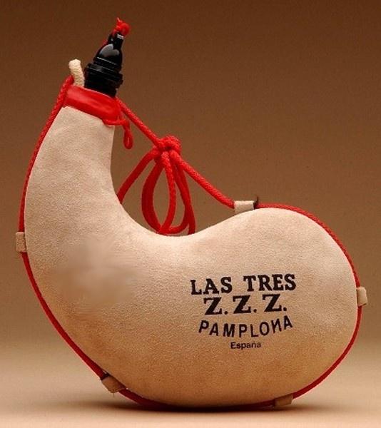 Bota de vino de Las Tres Z.Z.Z. interior pez, es la bota más tradicional, especialmente recomendada para contener vino y licores hasta 30º de alcohol. No apta para refrescos, bebidas carbónicas o licores de muy alta graduación.Forma curva, fabricada en España.  Capacidades disponibles: 1 litro, 1,5 litros ó 2 litros.