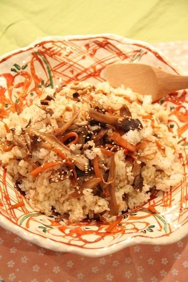 舞茸の混ぜ込みご飯 作り方はね、舞茸などのきのこ(300g)・人参(半分)を油で炒め、人参がやわらかくなってきたら、醤油と砂糖(各大さじ2)・みりん(大さじ1.5)・酒(大さじ1)・鰹だしの素(小さじ1/2)・鷹の爪(少々)を入れて炒め、味が入ったら、熱々のご飯(軽く4杯分)を入れて混ぜる。