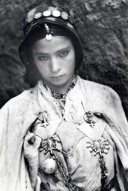 Jeune Femme de la Vallée du Dadés   Maroc .