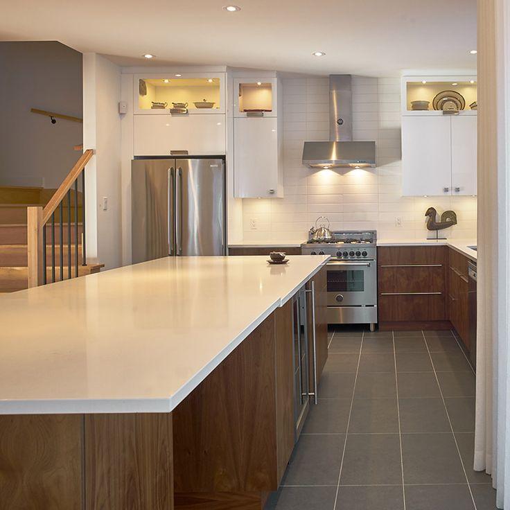 grand îlot dans une cuisine contemporaine