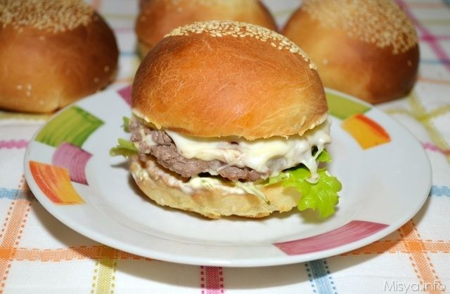 I burger buns sono i tipici panini per hamburger, i panini soffici e tondi ricoperti di semi di sesamo, che portano subito la mente ai fast food.