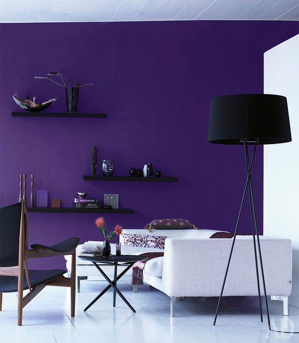 Квартира в Италии Этот интерьер — возможность поиграть с цветом и фактурами. Задумка соединить насыщенный матовый фиолетовый и черный цвета с глянцевой белой поверхностью выглядит по-офисному строго, но понравится поклонникам минимализма.