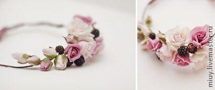 Венок « Розы и ежевика». Цветы и ягоды слеплены и расписаны вручную. Размер веночка регулируется шелковыми лентами. Это универсальное украшение можно одевать как колье.