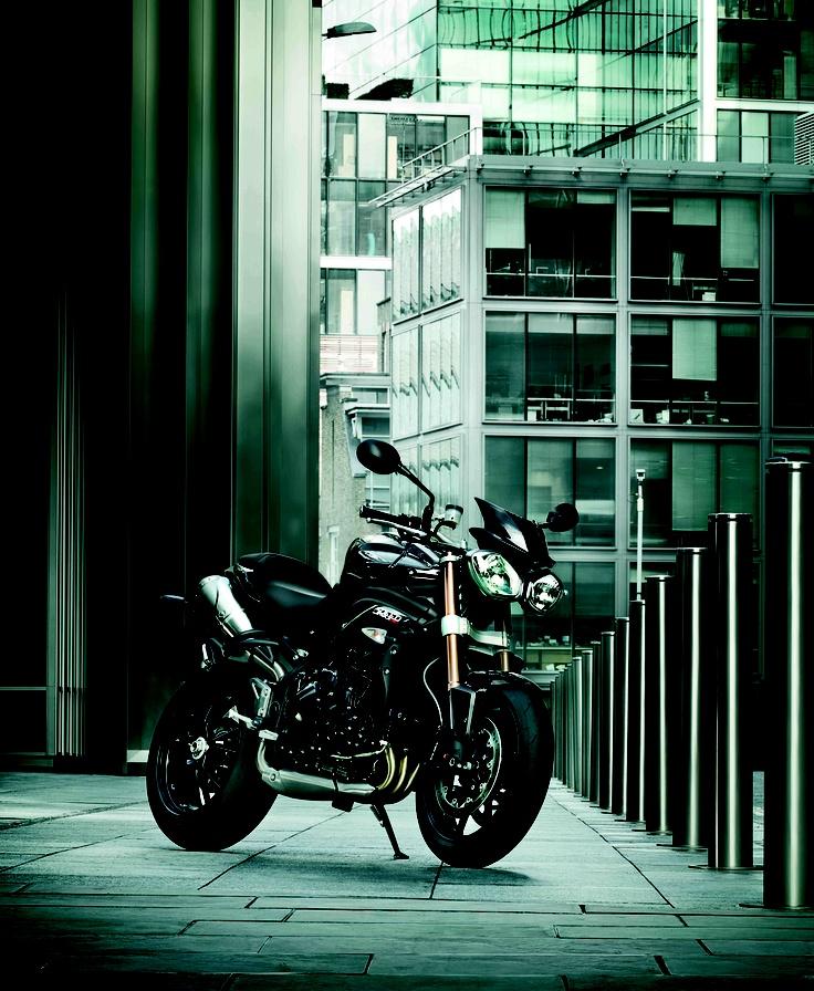 #Triumph #Speed #Triple. Look aggressivo, doppi fari e forcellone monobraccio.
