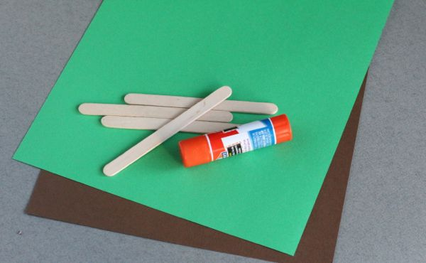 Katie is sharing a fun kid craft today that is perfect for National Adoption Day! {would also make a good craft for Thanksgiving to make puppets for the people your kids are thankful for, right?!} Enjoy! -Linda  National Adoption Day Craft Today i