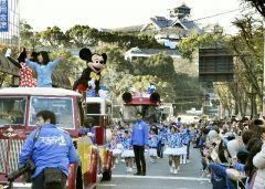 大分にミッキーがやってくる別府八湯温泉まつり中に4月2日に行われるパレードにミッキーマウスと仲間たちが登場しますよ 熊本に続き大分にもやってきます この湯Youパレードは富士見通りから出発して別府公園東側で終わるルートです 当日は大盛況すること間違いなし ぜひ予定はお早めに立ててくださいね()  また別府八湯温泉まつりは3月31日から開催します 扇山が燃え上がる火祭りにマラソン大会お湯ぶっかけ祭りに丼フェスティバルも行われますよ ぜひぜひこの春は大分に遊びにいらしてください  ニュース記事はこちら大分合同新聞 http://ift.tt/2jcEK7V  別府八湯温泉まつりについてはこちら http://ift.tt/2k1o07O  #別府#温泉#祭り#イベント#ミッキー#ディズニー tags[大分県]