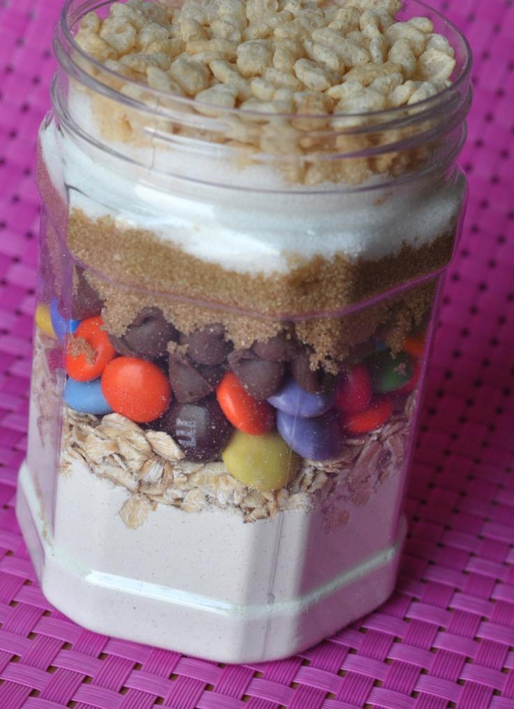 traduzione ingredienti  1/2 tazza + 2 cucchiai (85g) di farina  1/4 cucchiaino di lievito in polvere  1/2 tazza (25g) vecchio stile avena  1/4 tazza (54g) miscela di M & M e Smarties  1/4 tazza (40 g) di cioccolato al latte chip  1/4 tazza (42 g) di zucchero marrone chiaro  Zucchero semolato 1/4 tazza (54g)  1/4 tazza (8g) Rice Krispies