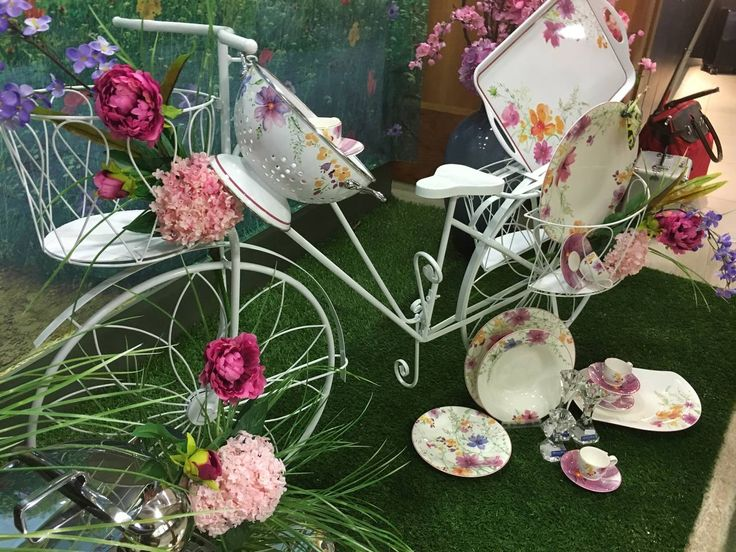 I temi freschi caratterizzano le vetrine di primavera. Nel presentare le nuove collezioni sono protagonisti i fiori, i colori ed elementi per l'aria aperta