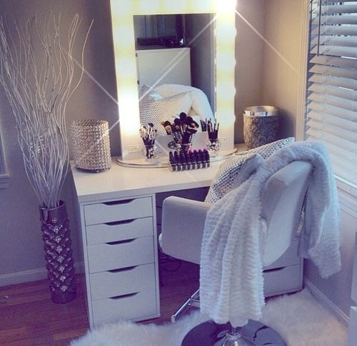 We'd feel all kinds of glamorous with this vanity set in our room!