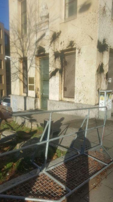 Almanya'nın Stuttgart kentindeki Türkiye Başkonsolosluğu'na içi siyah boya dolu torbalarla saldırı düzenlendi. Stuttgart polisi, Kerner Caddesi üzerinde bulunan Türkiye Başkonsolosluk binasına yapılan saldırının ne maksatla yapıldığı konusunda herhangi bir bilgiye ulaşamadıklarını ve olayı çok yönlü olarak araştırdıklarını açıkladı. Gece saat 02.00 sıralarında olayın meydana geldiğini belirten polis, saldırının seyir halindeki bir araçtan konsolosluk binasına boya …