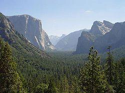 YosemiteValley Con sus valles colgantes, cascadas innumerables, lagos de circo, domos pulidos, morrenas y valles en U, el Parque Nacional de Yosemite, situado en el centro de California, muestra todas las formas de relieve granítico moldeado por las glaciaciones. Debido a que la altitud de sus terrenos oscila entre 600 y 4.000 metros, el parque alberga especies animales y vegetales extremadamente variadas.