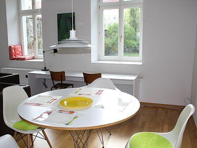 Aparte helle 2,5 Raum-Wohnung Berlin-Mitte - Esstisch - Schreib- und Leseplätze - Blick zum Garten