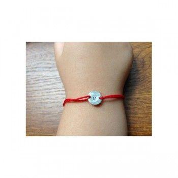 Daca doresti sa faci un cadou personalizat unui bebelus pentru a sarbatori venirea lui pe lume, atunci alege aceasta bratara cu banut ce poate fi personalizat cu initiala numelui sau o inimioara (simbol grafic).   Snurul de matase este de culoare rosie, pentru noroc,reglabil in functie de marimea manutei care il poarta, iar banutul este confectionat din argint 925   Dimensiuni banut: 10 mm diametru.  http://www.bijuteriicopii.ro/bijuterii-personalizate-copii/bratara-banut-din-argint-pe-snur
