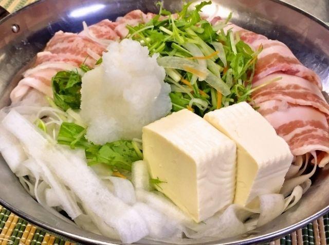 大根麺のヘルシー豚バラみぞれ鍋 - 小野澤 雅丈シェフのレシピ。大根をピーラーでむいて作った大根麺と大根おろし、2つの食感の違いを楽しみながら豚バラ肉をヘルシーにいただく驚きの健康レシピ!長いままの大根をピーラーでがんばってシュルシュルすれば、ピーラー大根麺ができあがり。食べすぎで疲れた胃にも優しいメニューで、楽しく・美味しく・健康に!