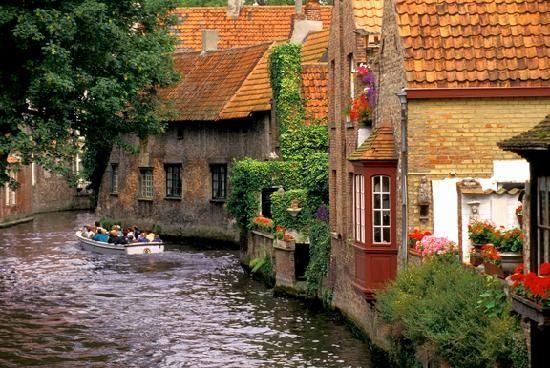 Ver las casas junto a este río en Brujas