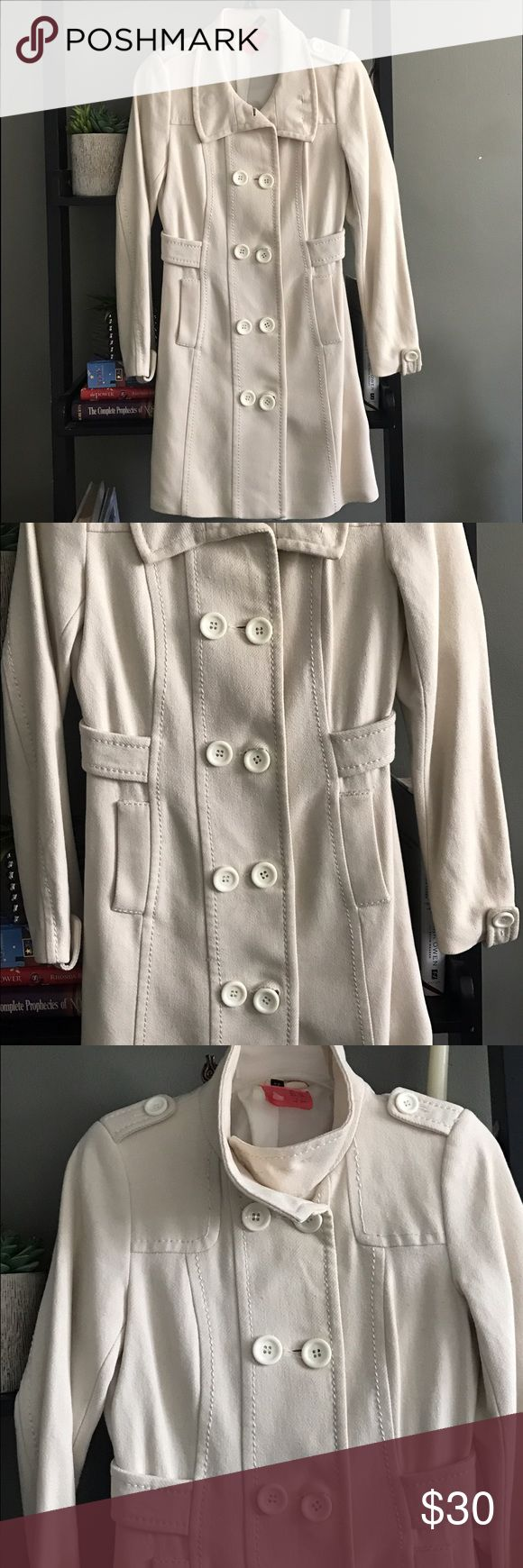 H&M coat Womens H&M coat size 4. Off white color. This was my favorite coat it's so elegant and stylish!! Always received compliments when I wore it! Newly dry cleaned ready to go! 💋💋 H&M Jackets & Coats