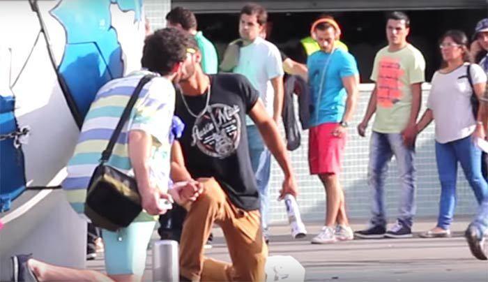 Vídeo: Casal gay dá beijo em estádio de futebol de Portugal, reações surpreendem novamente  #gay #casalgay #beijogay #Portugal #experimentosocial #lgbt