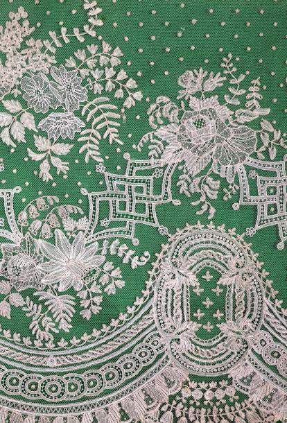 Exceptionnel grand volant de voile de mariée en Application d'Angleterre et Point à l'aiguille à décor de fleurs et de médaillons de fleurs de Lys: 7m80 X 0m40 (origine: Cour d'Europe), XIXème siècle - Chayette & Cheval - 11/03/2015
