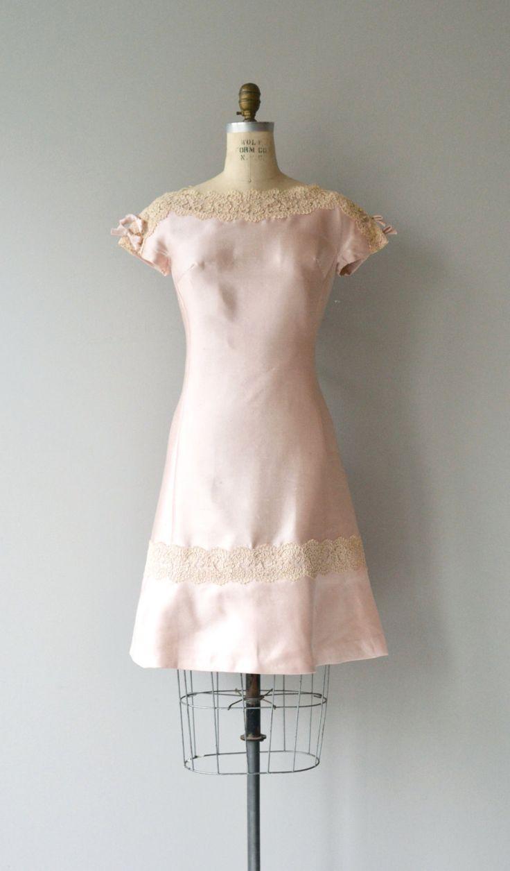 Vintage 1960s zeer bleke roze alaskine (zijde) schede jurk met crème kanten hals en boven aan de mouwen, kleine gebonden bogen zijn elke schouder, korte mouwen, prinses naden, buste darts en metaal terug rits.  ---M E EEN S U R E M E N T S---  past zoals: grote/xl Bust: 36-37-inch Taille: 33-35 Hip: maximaal 40 lengte: 38 merk/maker: n/b voorwaarde: uitstekend  om te zorgen voor een goede pasvorm, lees de gids van de grootte: http://www.etsy.com/shop/DearGo...