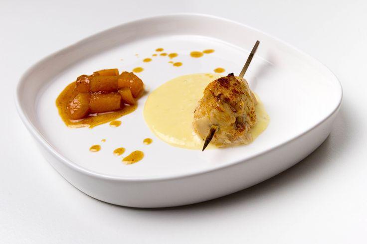 Piccolo spiedino di pollo marinato con melata di bosco e paprika dolce, con fonduta di Gorgonzola dolce e melone al caramello fumè (con paprika affumicata)
