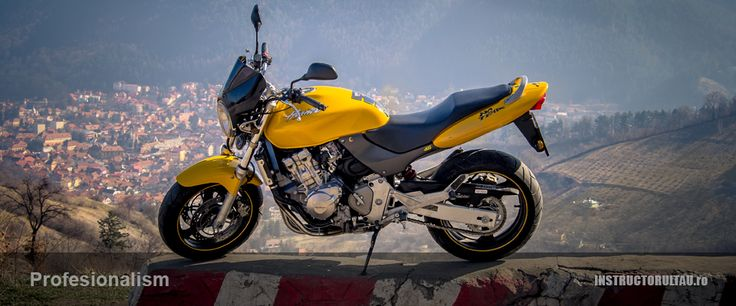 – Pregatirea practica la categoria A , se efectueaza cu motocicleta Honda Hornet 600. Va asigur ca este cea mai manevrabila ,usoara si joasa motocicleta de scoala din Brasov ! Cu toate acestea este si cea mai puternica avant 97 cp. Astfel cursantii vor avea o experienta placuta in procesul de invatare atat in poligon cat si pe traseu .