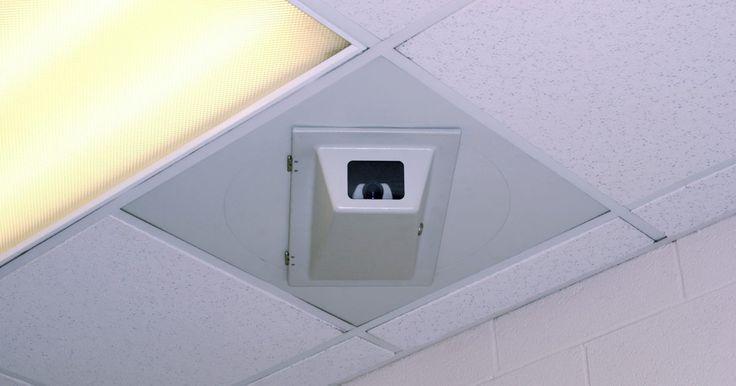 Como remover uma luminária embutida com grampos. A luminária embutida é instalada em casas para ser usada como iluminação geral, de trabalho, de realce e outros efeitos de iluminação especializada com base na guarnição instalada no equipamento. Às vezes, ela deve ser removida do teto para remodelação ou substituição do dispositivo. É possível remover uma luminária embutida com grampos sem ter ...
