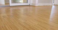La pulizia di pavimenti in legno e parquet deve essere effettuata con attenzione e delicatezza, senza ricorrere a detergenti o altri prodotti aggressivi. Il legno, infatti, rischia di rovinarsi facilmente a causa di un eccessivo contatto con l'acqua.  Leggi l'articolo ---> http://www.greenme.it/consumare/detergenza/11071-come-pulire-parquet-pavimenti-in-legno