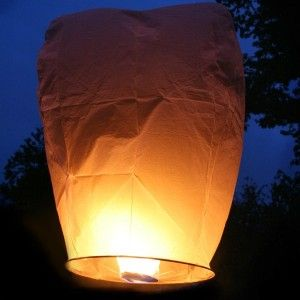 for under ten dollars you can launch a chinese sky lantern so cool for a wedding reception have guests write wishes with a sharpie - Lanterne Volante Mariage