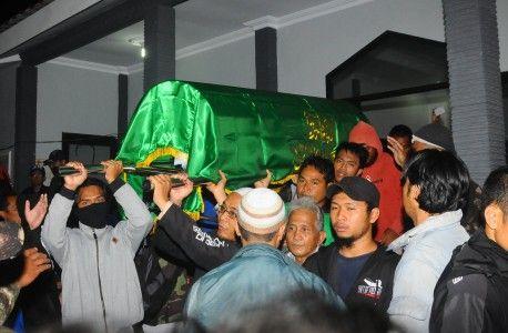 Kasus Kematian Siyono Dilaporkan ke Polres Klaten  KLATEN (SALAM-ONLINE): Keluarga Siyono melaporkan kasus kematian Siyono ke Kepolisian Resor (Polres) Klaten Jawa Tengah.  Benar sekali kami sudah melaporkan hari ini kata kuasa hukum Keluarga Siyono Trisno Raharjoseperti dilansirCNNIndonesia.com Ahad (15/5).  Laporan itu diformalkan dengan surat laporan nomor LP/B/154 /V/2016/JATENG/RES.KLT dan dibuktikan dengan surat tanda terima nomor STTLP/92/V/2016/SPKT.  Pada surat tersebut Suratmi…