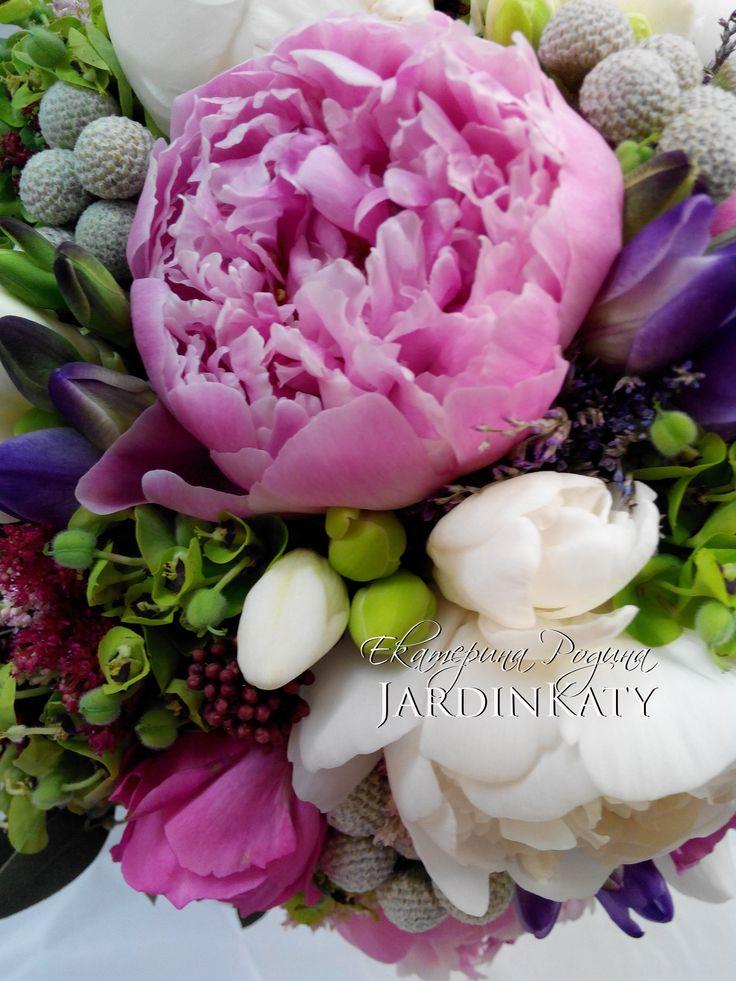 Сложный по цветовому сочетанию букет. В этом букете сочетаются все любимые цвета невесты, а именно фиолетовый, синий, красный, белый и сиреневый! Вот такая была поставлена задача. Букет получился очень красивый. Нам удалось исполнить мечту невесты :)