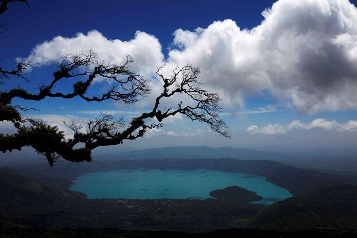 Le lac de Coatepeque, au Salvador, est devenu turquoise en raison de la présence…