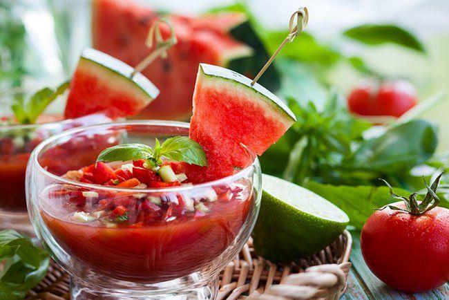 Esta receta de gazpacho de sandía pertenece a los platos de comida vegetariana, siendo consumido principalmente durante el verano para hidratar con sandía y