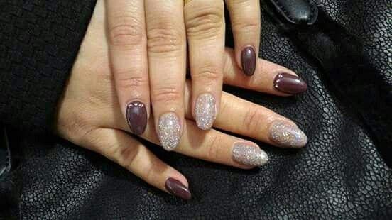 Ecco per voi una bella #nail #art autunnale Black&White Nail Center, colori caldi e un po' di brillio che rende qualsiasi #ricostruzione #unghie elegante e perfetta per ogni outfit.