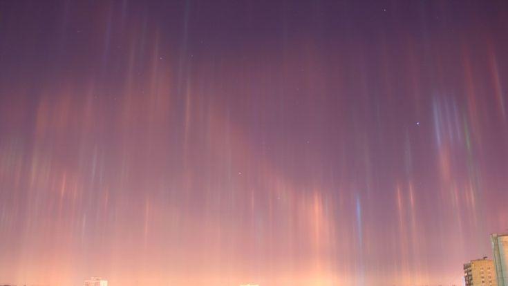 Los residentes de la segunda ciudad rusa publicaron en la Red imágenes del bello fenómeno óptico, que al principio confundieron con una aurora boreal.