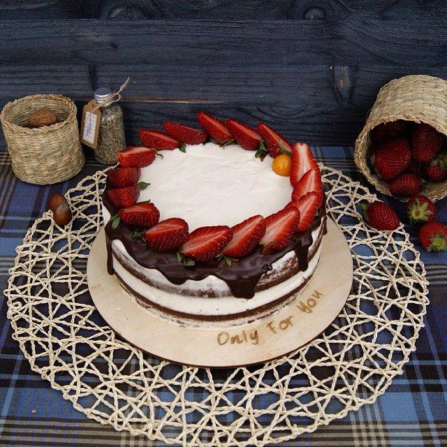 Этот тортик набирает популярность и не спроста! Внутри шоколадные коржи, крем из двух видов сливочного сыра, сверху капли шоколада и свежая ароматная клубника Вес 1.4кг стоимость 2000р❗️ Телефон для заказа ☎️8-962-966-82-52 #cake #OnlyForYou #cool #food #cupcake #кекс #капкейк #ГотовимДома #еда #сладости #Moscow #msk #dessert #cream #десерт #капкейкиназаказ #выпечканазаказ #люберцы #cook #выпечка #style #стиль #amazing #homemade #тортылюберцы #тортымосква #тортыназаказлюберцы…