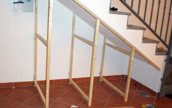 There are various methods to take advantage of the space under the stairs in a rational way . Often in the understairs space we are used to leave, temporarily various things, from the bucket mop for washing floors on a chair that becomes a table top for anything that you do not know where to…