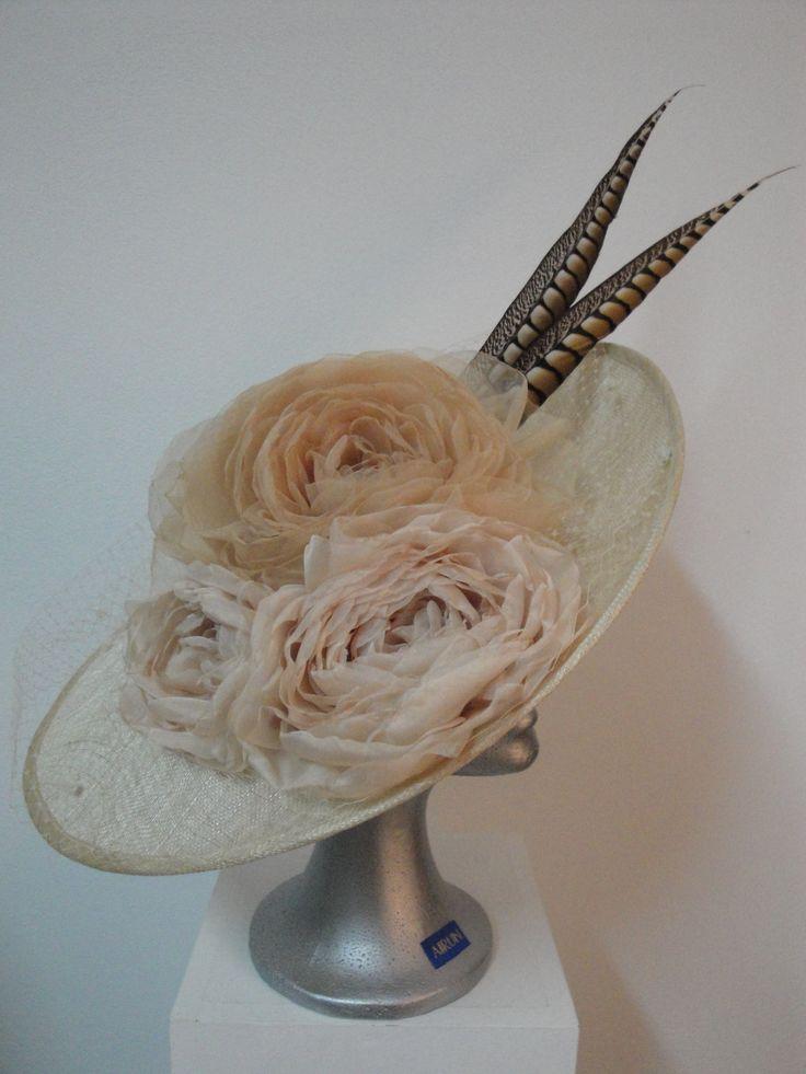Pamela XL con flores hechas a mano y plumas. www.airuntocados.es