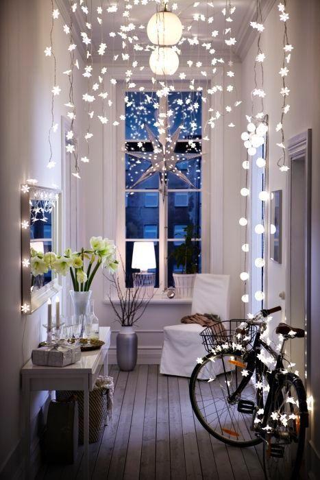 Corridor illuminé. Lumières de Noel et vélo.