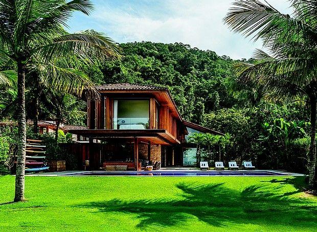 Totalmente integrada à natureza, a casa de 400 m² fica em condomínio fechado na praia de Laranjeiras, em Paraty, no Rio de Janeiro. O projeto é do arquiteto Thiago Bernardes