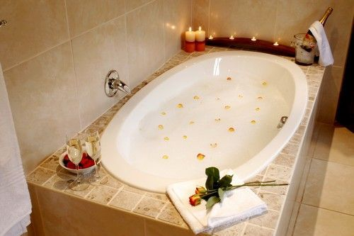 Self catering Accommodation, Noordhoek, Cape Town   Romantic bath tub   http://www.capepointroute.co.za/moreinfoAccommodation.php?aID=125