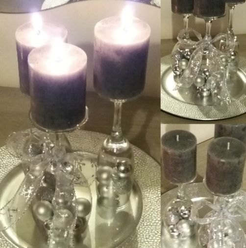 Mooi tafelstuk met grijze kaarsen, zilveren plateau, wijnglazen en kerstballen.