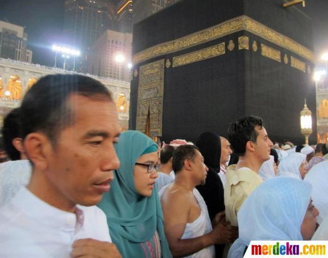 Jokowi bersama istri Hj Iriana dan keluarga melakukan Tawaf di depan Kabah.