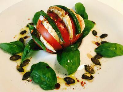 Ingredienser: 1 stor tomat Mozzarella ost Gresskarkjerner Frisk basilikum Balsamico fra Flam...