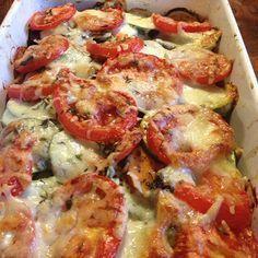 Ovenschotel met zoete aardappel en courgette 400 gram zoete aardappel 1,5 courgette 3-4 trostomaten 100 gram kastanjechampignons mozzarella wat kaas zout zeezout peper verse tijm olijfolie