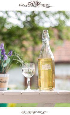 Rezept für Lavendelsirup - Lavendel Sirup selber machen ganz einfach - schmeckt herrlich frisch, passt zu vielen verschiedenen Sommerdrinks und ist eon perfektes Geschenk / Mitbringsel!