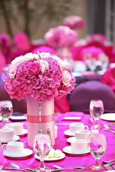 Centro de mesa con hortensias y rosas de colores rosados y blanco. #CentroDeMesa