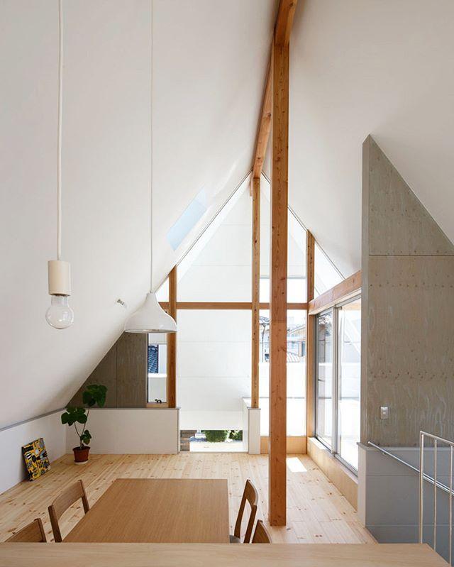 三角屋根の家の形をそのまま生かした2階の室内 高い天井と大きなガラス